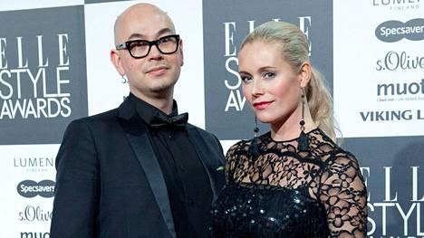 Anne Kukkohovi miehensä Jonin kanssa keskiviikkona Elle Style Awardsissa.