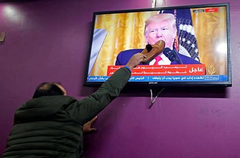 Kenkää Trumpille. Miehitetyllä Israelin Länsirannalla asuva palestiinalaismies ei arvostanut Donald Trumpin näkemyksiä Gazan alueen ongelmien ratkomisesta.