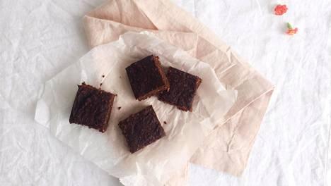 Suklaiset kakkupalat ovat parhaimmillaan yön yli jääkaapissa levättyään.