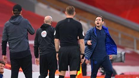 Frank Lampard (oik.) ja Jürgen Klopp (vas.) kävivät poikkeuksellisen pitkän sanasodan kentän laidalla kesken pelin. Liverpool kohtasi Chelsean kotisadionillaan Anfield Roadilla keskiviikkona.