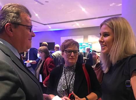 Ljubov Sobol (oik.) tapasi Tallinnassa useita eurooppalaisia poliitikkoja, tutkijoita ja toimittajia. Kuvassa hän puhuu liettualaisen suurlähettilään Linas Linkevičiusin (vas.) kanssa.