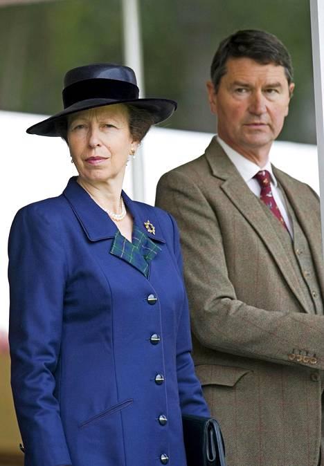 Anne ja Timothy Laurence avioituivat Skotlannissa, sillä Englannin kirkko ei tuolloin sallinut kirkkohäitä eronneille, joiden entinen puoliso oli vielä elossa. Anne oli ensimmäinen eronnut kuninkaallinen sitten 1900-luvun alun, joka solmi uuden avioliiton.