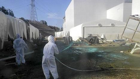 Viranomaiset peittivät yhden Fukushiman ydinvoimalan vuotokohdan betonilla, mutta voimalassa on ilmeisesti myös muita vuotoja.