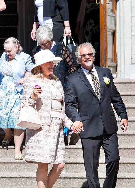 Pohtamo oli pukeutunut etiketin mukaisesti tyylikkääseen, pastellinväriseen asuun ja hattuun.