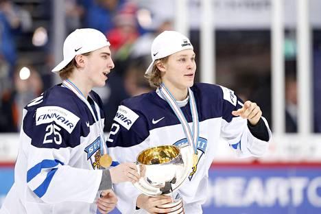 Björkqvist ja Julius Nättinen MM-pokaalin kanssa.