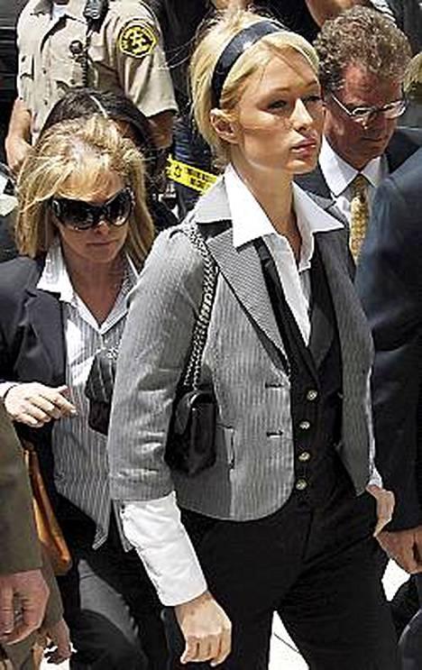 Paris Hilton aikoo tienata vankilapäiväkirjalla.