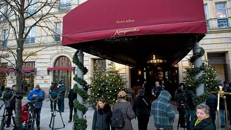 Media odotti ex-oligarkkia hotelli Adlonin edessä Berliinissä.