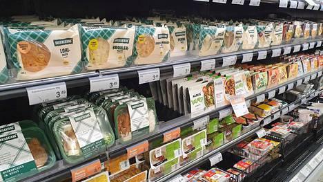 Tarjontaa valmisruoissa on paljon. Eineshyllyt ovat monissa suomalaiskaupoissa pitkiä.