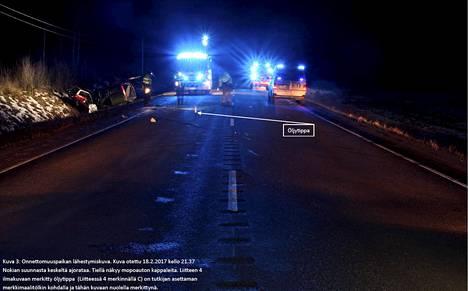 Onnettomuuspaikka. Kuva otettu 18.2.2017 kello 21.37 Nokian suunnasta keskeltä ajorataa. Tiellä näkyy mopoauton kappaleita.
