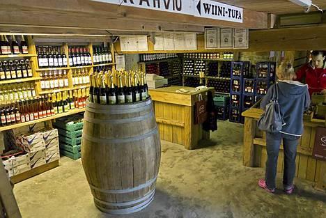 Viini-Pihamaa on todellinen täyden palvelun maalaispuoti. Nimensä mukaisesta tilalla myydään alkoholituotteita, joista kannattaa mainita erityisesti Viherkuohu, joka on Suomen vuoden tilaviini 2011. Mielenkiintoinen tuttavuus on myös Suomessa harvinaisempi winecooler Herukka-Heila, jota voisi verrata sangriaan. Kesätiimi ainakin ihastui tähän virkistävään kesäillan juomaan. Oikeastaan voisi sanoa, että Viini-Pihamaalta saa kaiken, mitä kesäiseen ruoanlaittoon tarvitaan, sillä puodista löytyy mahtava valikoima myös lähialueen marjoja ja vihanneksia sekä muita elintarvikkeita. Tilan kahvilassa voi maistella myytävissä olevia viinejä tai ottaa kahvin ja tilan kuuluisia munkkeja. - Tarkoituksemme ei ole vain myydä pulloa mukaan vaan kokonainen elämys, tilan isäntä Janne Pihamaa kehuu.