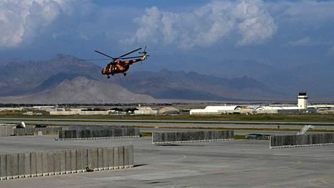 Afganistanin armeijan helikopteri nousi maanantaina ilmaan Yhdysvaltain Bagramin lentotukikohdasta, joka sijaitsee noin 70 kilometriä Kabulista pohjoiseen.