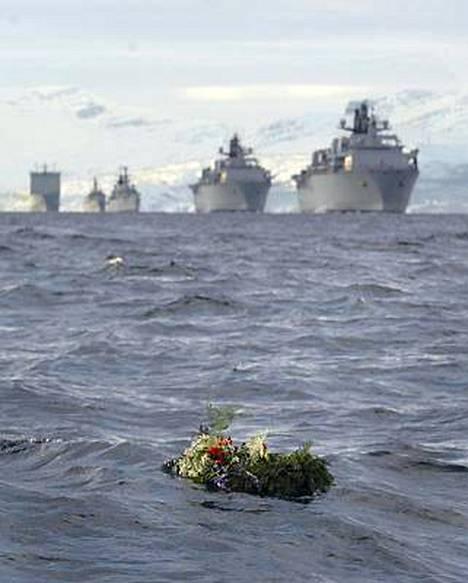 Uhrien muistoa kunnioitettiin kukkaseppelein.