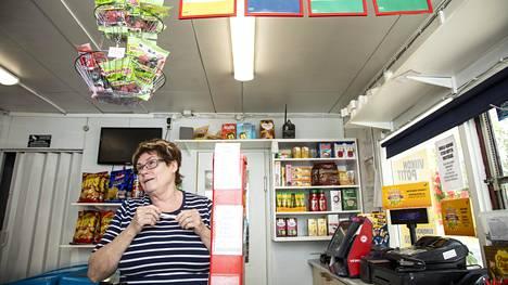 Uutinen lottovoiton osumisesta Hillevi Hietalan kioskille on kiirinyt nopeasti.