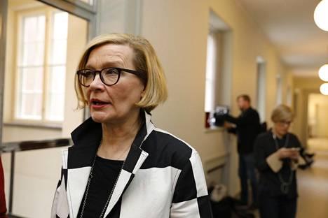 Eduskunnan puhemies Paula Risikko sai tiedon hallituksen eronpyynnöstä STT:n uutisviestin kautta. Risikko ei halunnut moittia Sipilää, mutta teki perjantaina selväksi, että hän olisi pitänyt parempana, jos hän olisi saanut tiedon suoraan pääministeriltä.