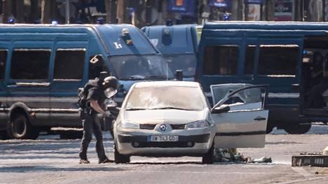 Poliisi tutkii iskun tekijän autoa Pariisissa.