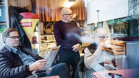 Kahvi-Ollin omistajalla Olli Juvosella (kesk.) on tapana keskustella asiakkaidensa kanssa. Matti Viitasalo (vas.) on tullut lukemaan lehtiä ja Jaakko P. Korhonen (oik.) juomaan kahvia.