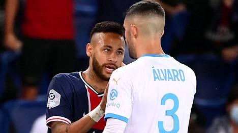 Neymar (oik.) ja Alvaro González joutuivat tukkanuottasille sunnuntaina.