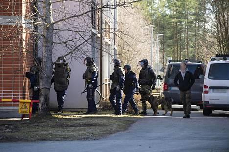 Paikalla Kaijonharjussa on useita poliisin yksiköitä.