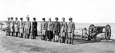 Uuraan naiskaartilaisia. Yleensä naisten sotilaskoulutus oli aivan olematonta.
