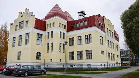 Suomalaisen yhteiskoulun rehtoria syytetään kavalluksesta.