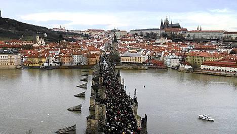 Surijat saattoivat Vaclav Havelin arkkua Kaarlen sillalla Prahassa.