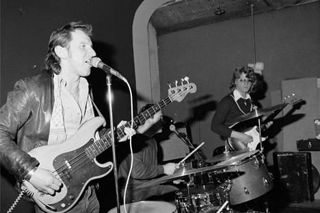 Hurriganes keikalla keväällä 1979. Vasemmalla basisti Cisse Häkkinen, keskellä rumpali Remu Aaltonen ja oikealla kitaristi Albert Järvinen.