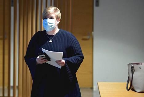 Kulttuuriministeri Annika Saarikon mukaan massojen koronarokotukset eivät onnistu nopeasti, jos rokotuksista vastaavat lähinnä terveyskeskukset ja rokottajat otetaan muusta julkisesta terveydenhuollosta.