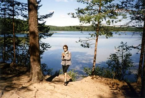 –Ensimmäisinä vuosinani Suomessa teimme paljon autoretkiä, joilla pääsin tutustumaan suomalaiseen maaseutuun. Tämä kuva on otettu joskus 90-luvun loppupuolella, Nadja muistelee.