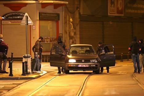 Poliisit tarkastamassa ajoneuvoa tiistai-iltana eteläisessä Brysselissä.