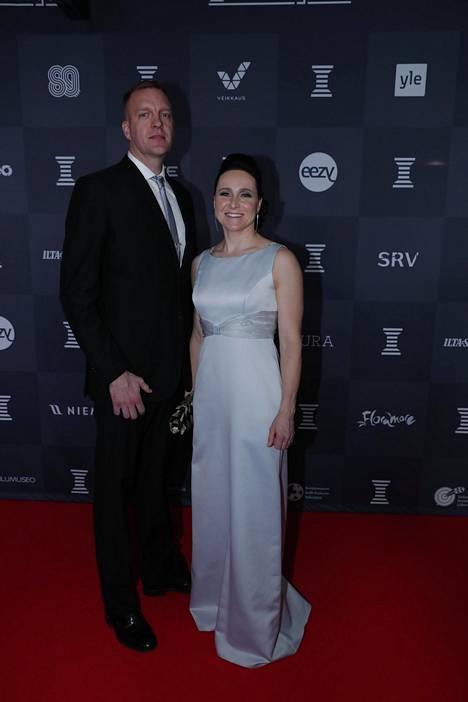 Tom Gustafsson ja hiihtäjä Aino-Kaisa Saarinen. Saarinen on moninkertainen maailmanmestari ja olympiamitalisti. Hänen miehensä Tom Gustafsson on uransa lopettanut koripalloilija.