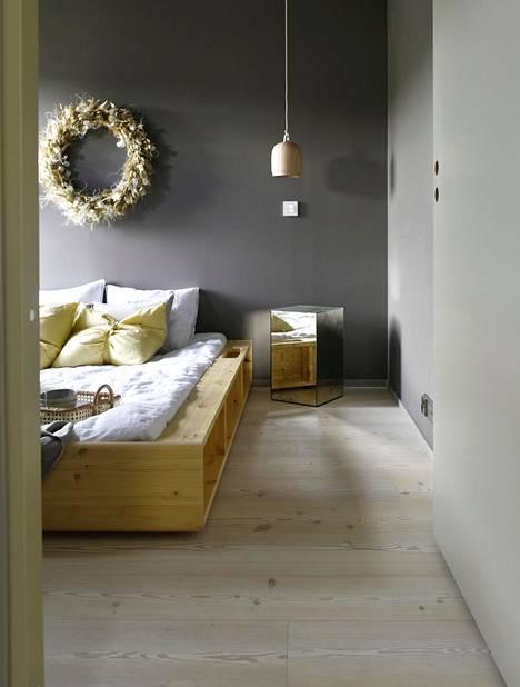 Honka Huomen -talon makuuhuoneessa vuodevaatteet ovat Anno Collectionin ja sänky Ziggy-futon, peilikuutiopöytä Essis Collection.