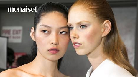 Hyvin kevyt kerros meikkivoidetta, turhan puuteroinnin välttäminen ja kunnon sipaisu poskipunaa ovat esimerkkejä hyvistä meikkitavoista.