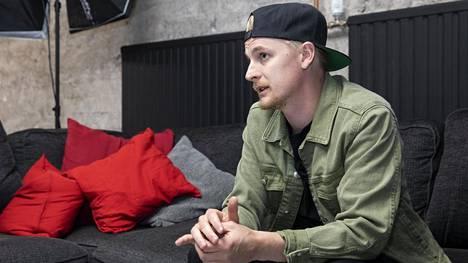 Henrik Koivisto kuvattuna Töölössä Illegalvisionin studiotiloissa.