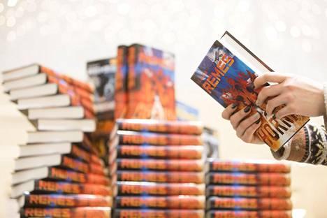 Ilkka Remeksen kirjoja on myyty yli 2 miljoonaa kappaletta.