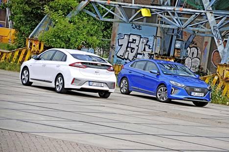 KOLMEN KAUPPA  Hyundain Ioniqista tulee kauppoihin samassa rytäkässä niin hybridi, pistokehybridi kuin sähköautokin. Valkoisen sähköauton ja sinisen hybridin keulat ja perät eroavat vain hieman toisistaan.