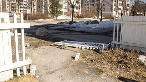 Kuljettaja ajoi pakoautolla kerrostaloalueen aidasta läpi.