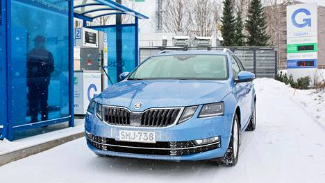 Skodan kaasuauto Octavia Combi tankkaa Gasumin bio- ja maakaasuaseman mittarilla.