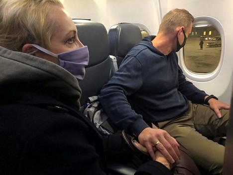 Aleksei Navalnyi laski kätensä vaimonsa Julian käden päällä koneen laskeuduttua Venäjälle.