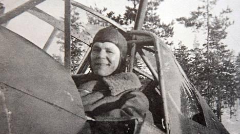 Jorma Sarvanto sai suomalaislentäjistä eniten ilmavoittoja talvisodassa.
