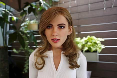 Mark 1 -nimen saanut robotti muistuttaa kasvonpiirteiltään näyttelijä Scarlett Johanssonia.