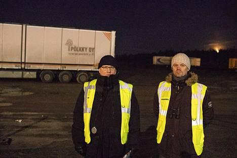 Lakkovahdit . Petteri Syväkari (vas.) ja Tommi Tienpää aloittivat vuoronsa aikaisin aamulla.