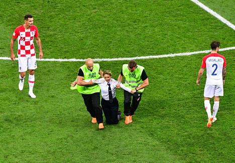 Pussy Riot ryhmän jäsenet pukeutuivat poliiseiksi ja karkasivat kentälle jalkapallo MM-kisojen finaalissa 15. heinäkuuta.