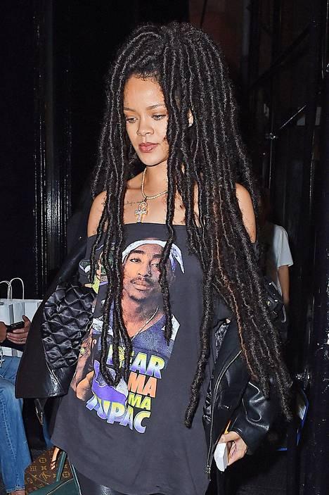Nahkavaatteet ja rap-artisti Tupacin kuvalla koristettu paita sopivat RiRin uuteen hiuslookiin.