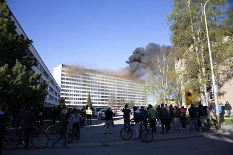 Massiivinen savupilvi näkyi selvästi myös kauemmas tapahtumapaikalta.