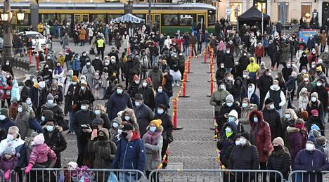 Satunnaisissa lähikontakteissa kasvomaski on hyvä suoja. Kuvassa yleisöä joulukauden avajaisissa Senaatintorilla Helsingissä 22. marraskuuta.