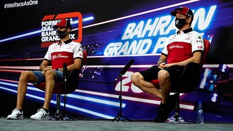 Kiimi Räikkönen (oik.) ja Antonio Giovinazzi Sakhirin GP:n yhteydessä viime marraskuussa.