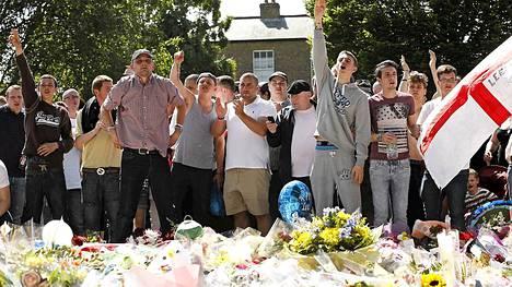 Mielenosoittajat protestoivat sotilaan tappamista vastaan Woolwichin parakeilla Lontoossa sunnuntaina.