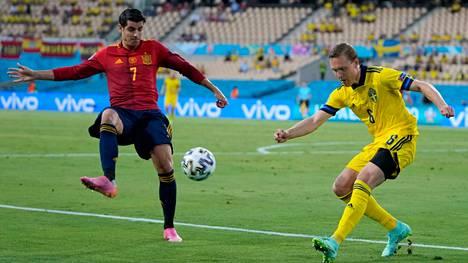 Espanjan Alvaro Morata (vas.) hukkasi Espanjan parhaan maalipaikan avauspuoliajalla. Kuvassa häntä hidastaa Ruotsin puolustaja Ludwig Augustinsson.