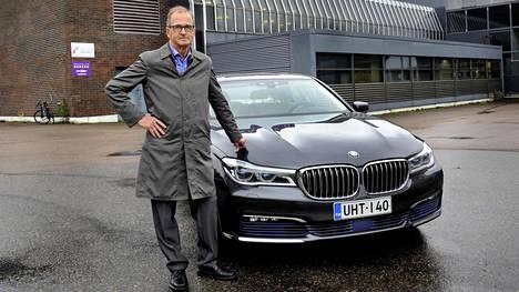 Raino Kukkonen Kouvolan Herkun edustalla. Ajossa on BMW joka kantaa meijerimiehelle sopivaa rekisterikilpeä. UHT- eli iskukuumennettu maito steriloidaan 140 asteessa.