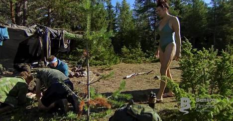 Miehet olivat sytyttämässä nuotiota, kun Pitkänen ilmestyi paikalle uimapuvussa.